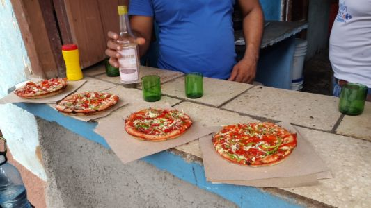 Pizza en rum in Trinidad